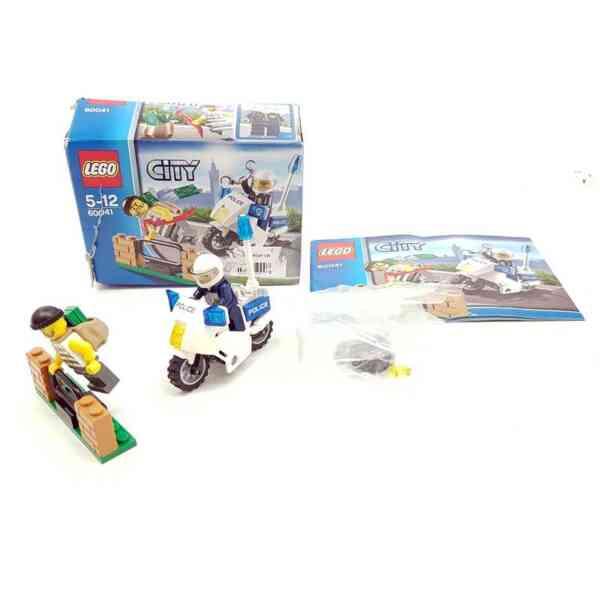Lego City 60042 policajac na motoru i lopov (2)