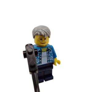 Lego mini set covek sa detektorom za metal na plaži (3)